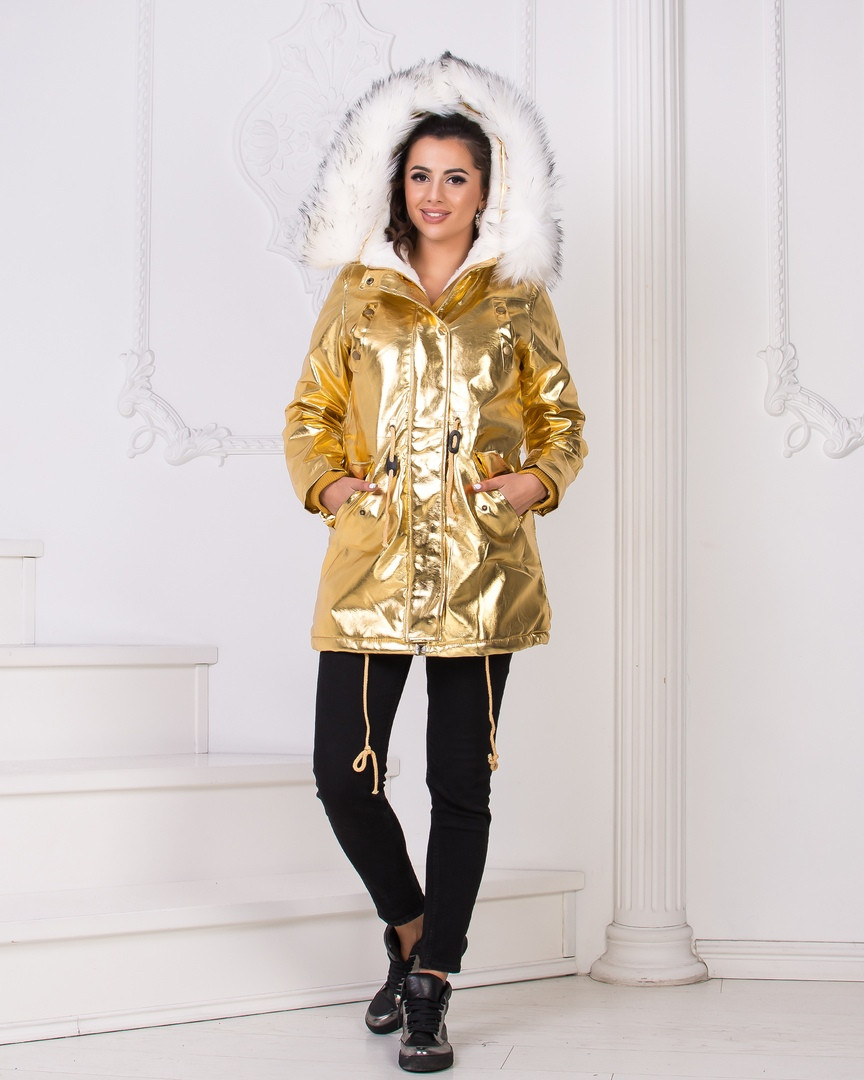 Стильная модная топовая золотая парка с меховым капюшоном белого  цвета.