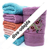 Банное полотенце с цветочным принтом по краю.Размер:1,4 x 0,7