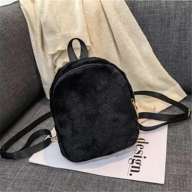 Женский рюкзак  из меха в модных цветах.