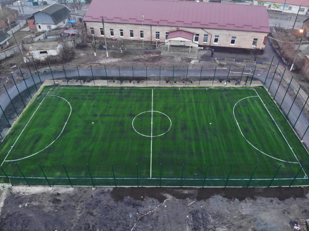 Укладка монофиламентной синтетической травы 924 m2, г. Мерефа, Харьковкая обл.