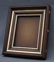Ровный киот для иконы с внутренней деревянной рамой и штапиками, покрытыми краской под золото.