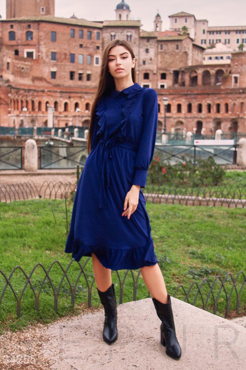 Расклешенное платье-миди с рюшами синее