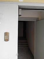 Установка многоквартирного домофона на дверь заказчика.