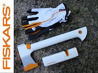 Подарочный набор Fiskars 129040: топор + точилка + перчатки в тубусе