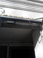 Установка доводчика при не стандартной конструкции двери. Вид с замком.