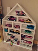 Полка деревянная для игрушек в виде домика