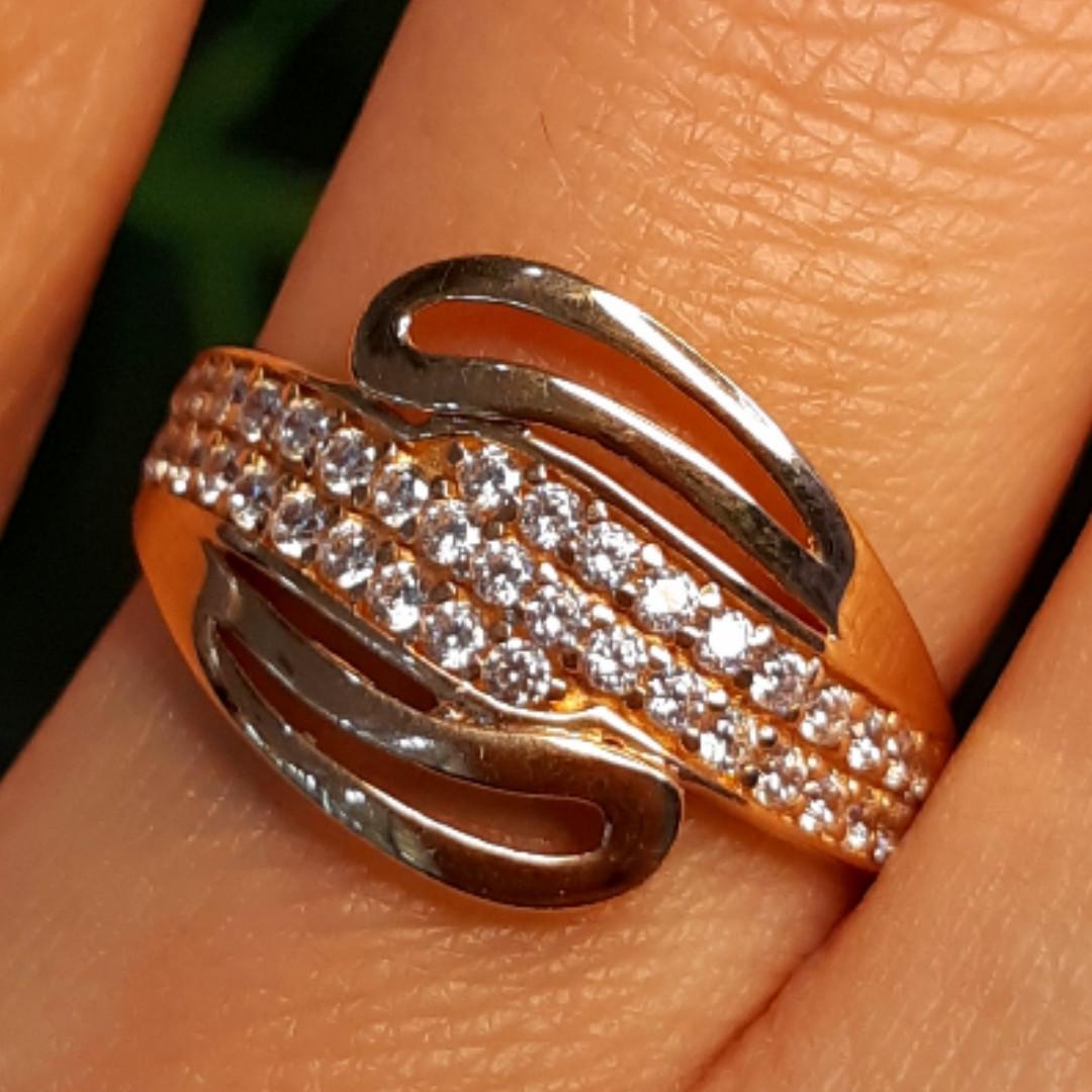 Золотое кольцо с фианитами - Женское золотое кольцо с камнями
