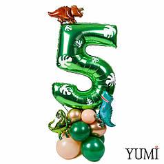Цифра 5 зеленая с декором листьями на подставке с мини динозаврами