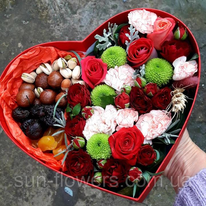 Коробочка сердце с цветами и сухофруктами.
