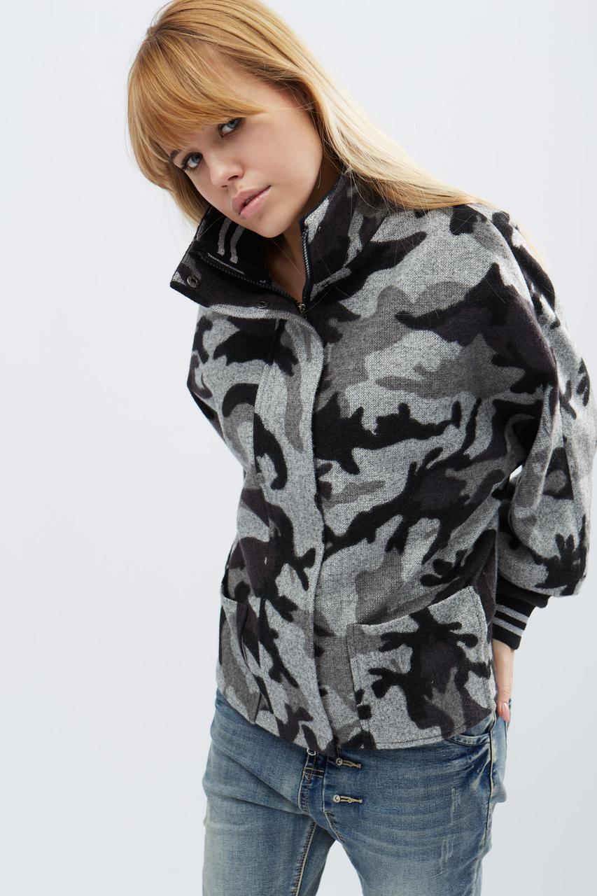 Демисезонное пальто с накладными карманами