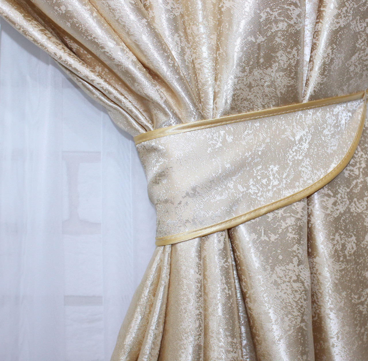 Плотная ткань из жаккарда. Высота 2,8м. Цвет золотистый. 439ш