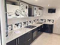 Прямая кухня с стеклянными фасадами и рисунком, фото 1