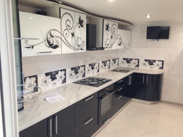 Прямая кухня с стеклянными фасадами и рисунком