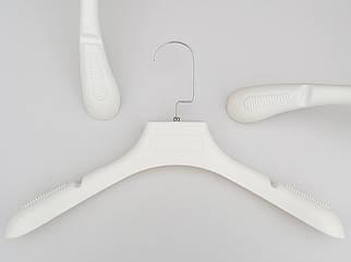 Плічка вішалки тремпеля TZ6681 з антиковзаючим ребристим плечем молочного кольору, довжина 39 см