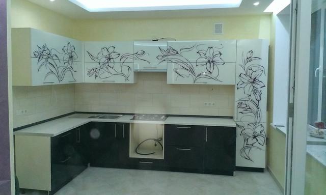 Кухня со стеклянными фасадами верх и низ