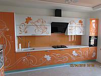 Кухня в ярком цвете с рисунком аэрографии