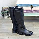 Демисезонные кожаные сапоги на низком ходу, декорированы ремешком, фото 5