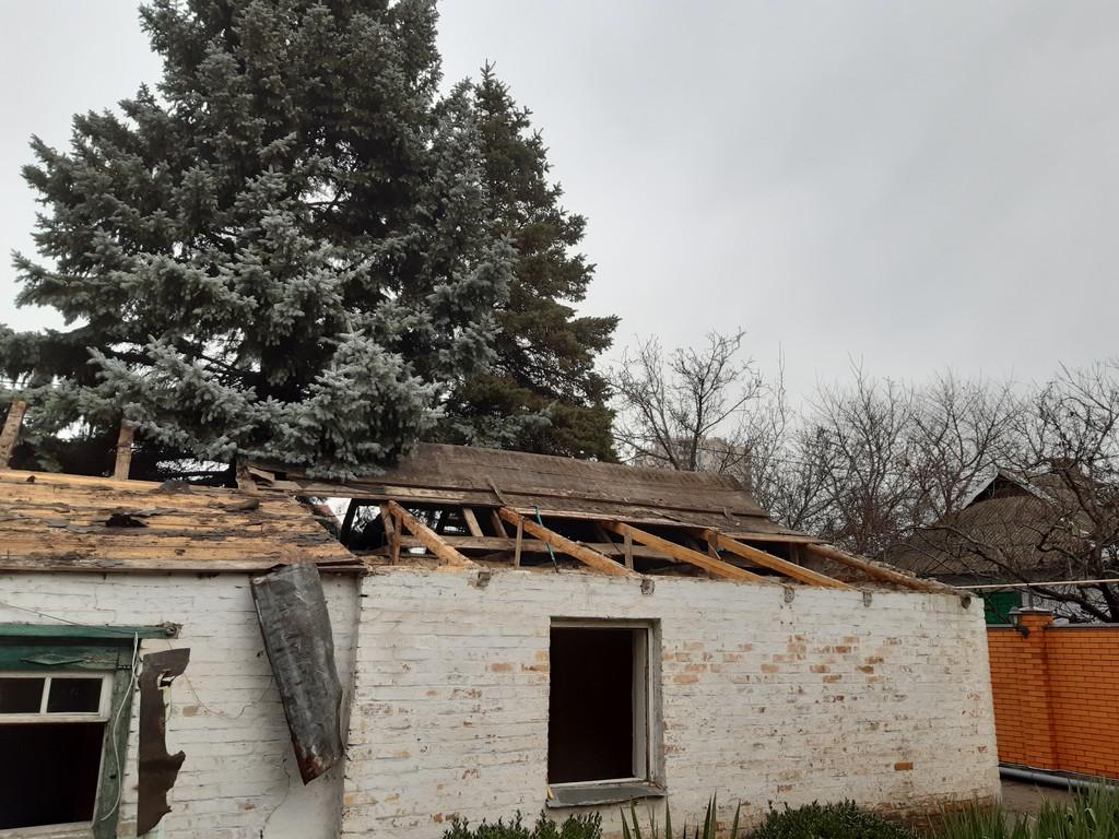 Крыша потихоньку лишается своего убранства. Ель, как видите, на месте.