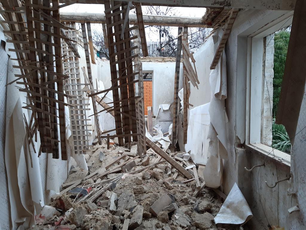 Видны остатки перекрытия, мусор можно будет подать через окно.