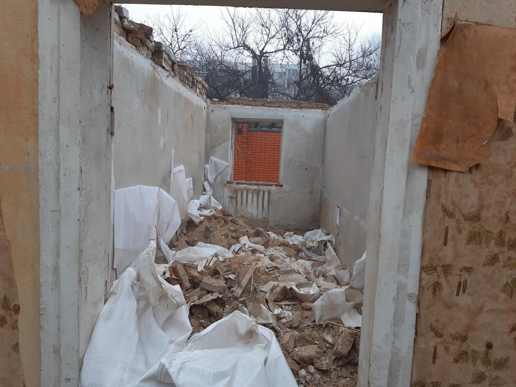 Ещё раз акцентирую внимание, что строительный мусор убирался сразу же, ибо горы битого кирпича и глины здорово затрудняют передвижение.