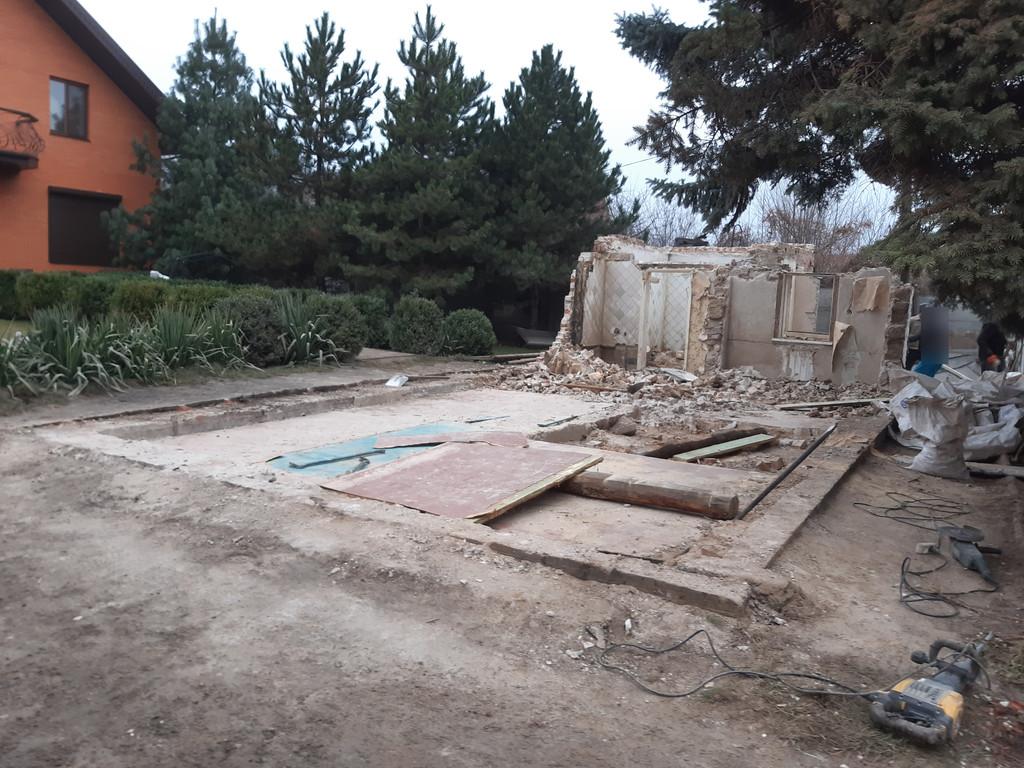 Остатки несущих конструкций довольно сиротливо смотрятся на фоне отбойного молотка.