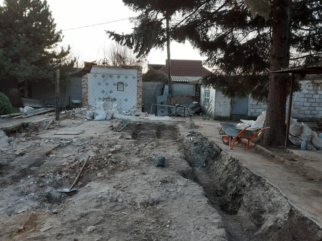 Глубокая канава после демонтажа части шлакового фундамента - он бился более-менее нормально и был неглубоким.