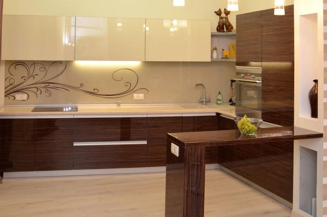 Кухонная мебель ― стекло верх и шпон низ