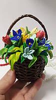 Сувенирная корзина с цветами из      холодного фарфора  12/10 см