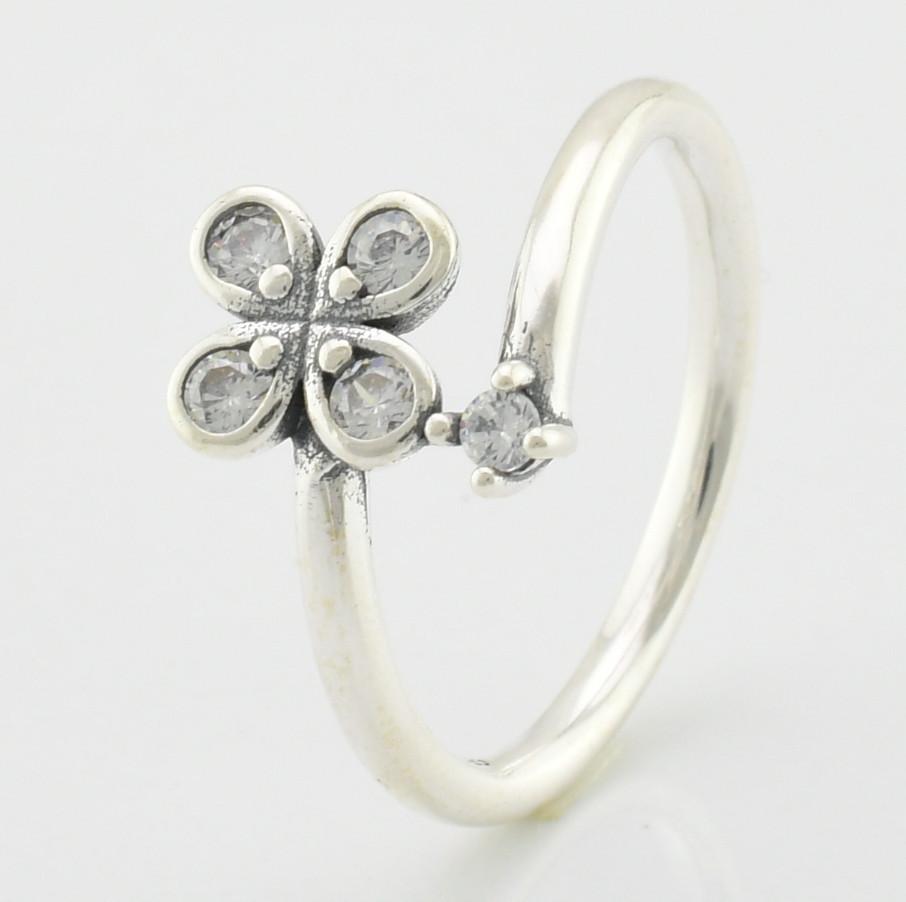 Кольцо серебряное женское Клевер вставка белые фианиты размер 18