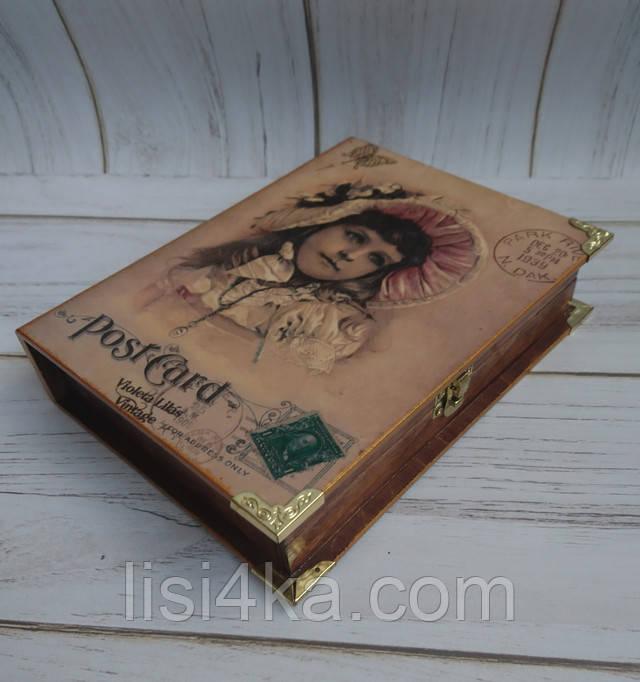 Деревянная коричневая шкатулка-книга с золотыми уголками и девочкой в старинной шляпке