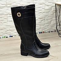 Сапоги черные кожаные на невысоком каблуке, декорированы фурнитурой