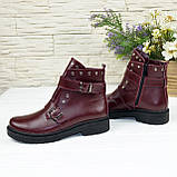 Ботинки кожаные на утолщенной подошве, декорированы ремешками и заклепками, цвет бордо, фото 4