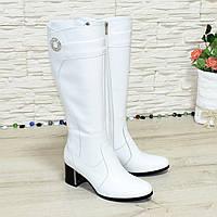 Сапоги кожаные на невысоком устойчивом каблуке, цвет белый. Декорированы фурнитурой