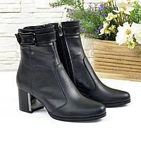 Ботинки женские кожаные на невысоком каблуке, декорированы ремешком, фото 1