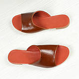 Шкіряні шльопанці рудого кольору на плоскій підошві, фото 2