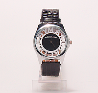 Часы наручные женские  на черном ремешке