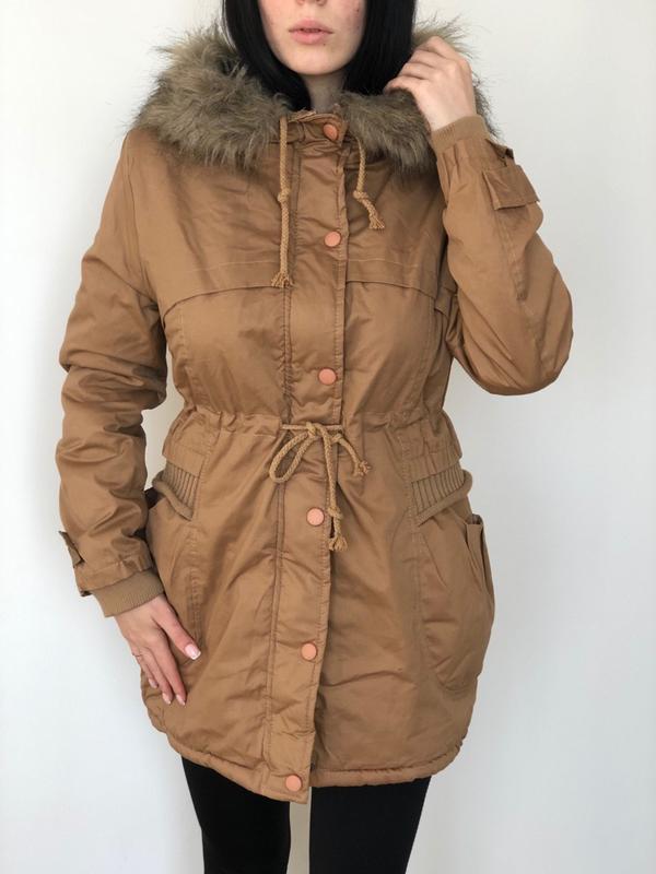 Длинная куртка на меху с капюшоном женская бежевая парка