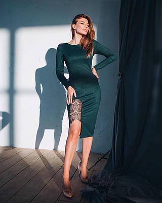 Вечернее темно-зеленое платье из дайвинга с разрезом сбоку