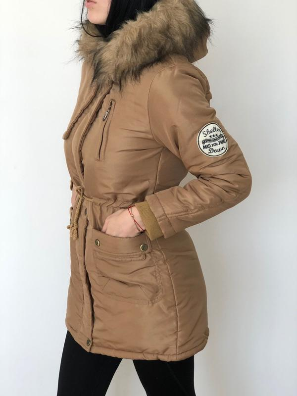 Женская приталенная куртка парка с капюшоном и мехом