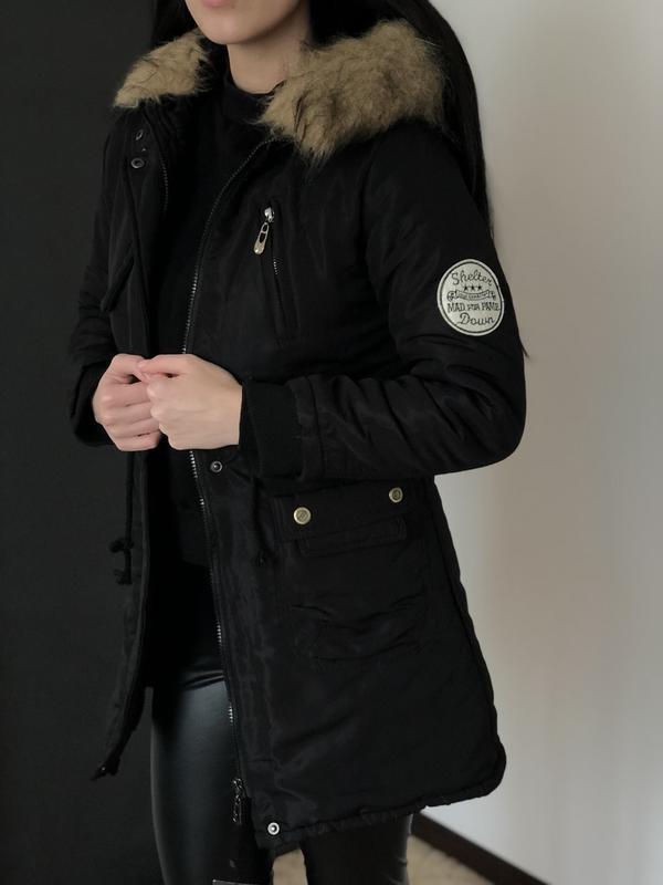 Женская приталенная куртка парка с капюшоном и мехом - черная