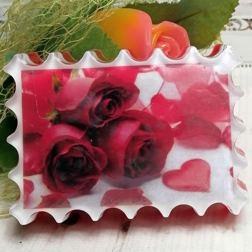 """Мыло ручной работы """"Букет красных роз с лепестками""""."""