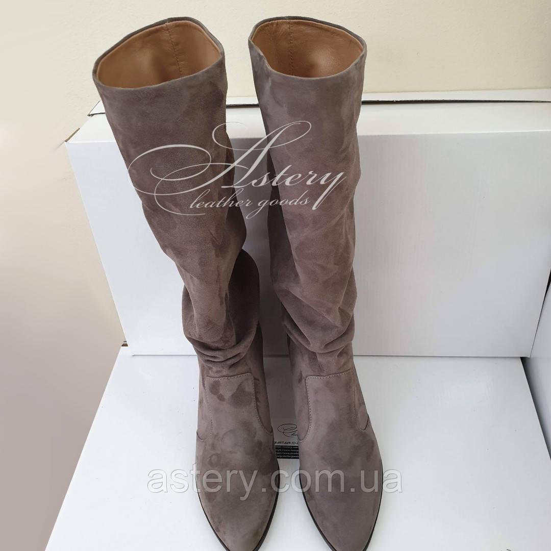 Женские замшевые сапоги на невысоком каблуке