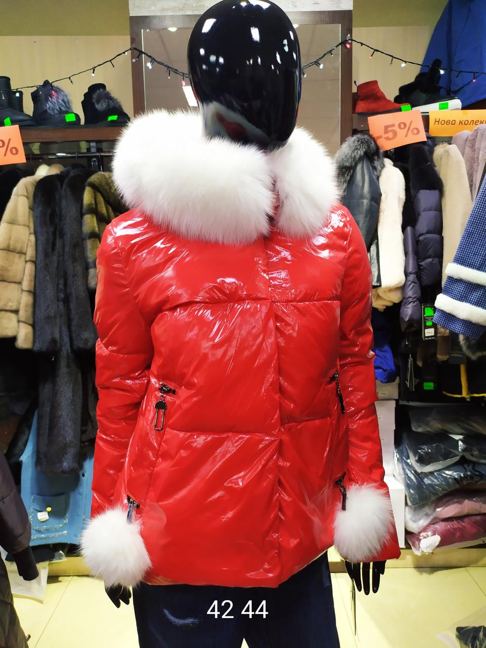 Женская стильная куртка из глянцевой плащевки с натуральным мехом песца, красная