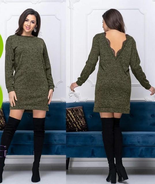 Короткое платье-туника из ангоры праздничное с открытой спиной и кружевом зеленое