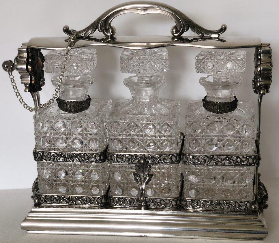 Серебряная подставка с тремя хрустальными графинами под виски, коньяк, водку нач.ХХ века