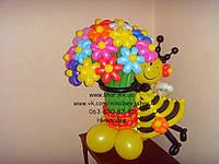 Пчелка с шикарным букетом из 25 ромашек
