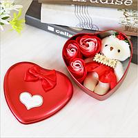 Подарочный набор в форме сердца мыло из роз в красном цвете