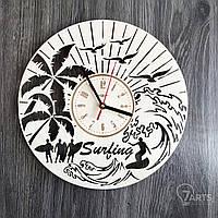 Круглые интерьерные настенные часы из дерева «Сёрфинг»