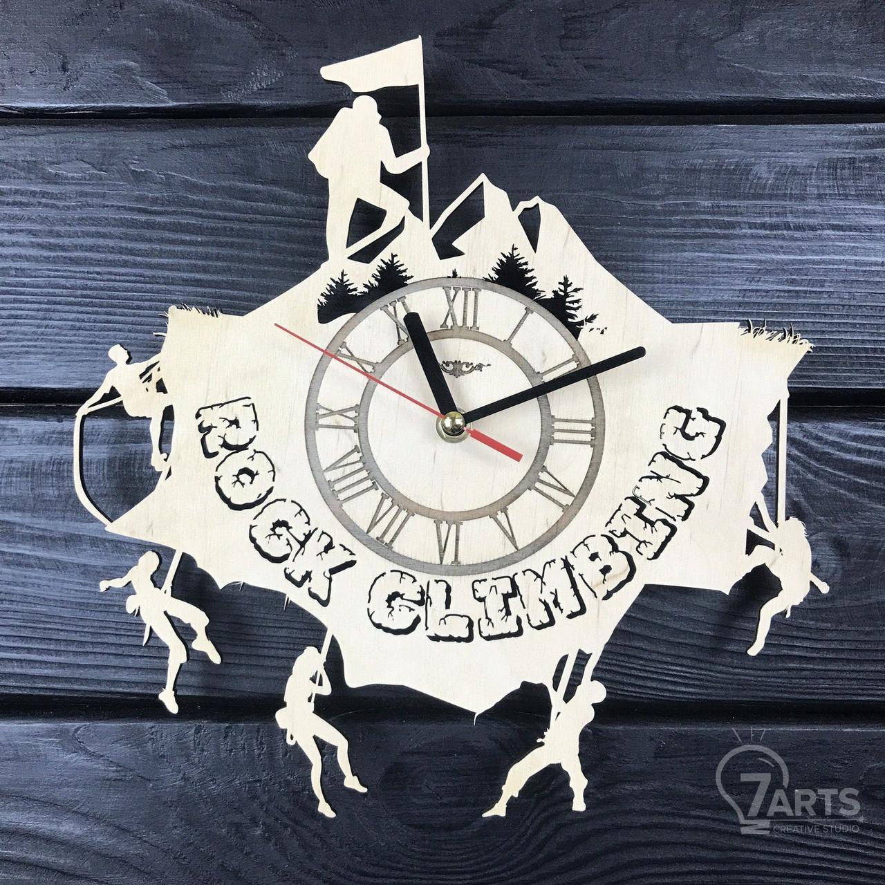 Оригинальные настенные часы из дерева «Скалолазание»