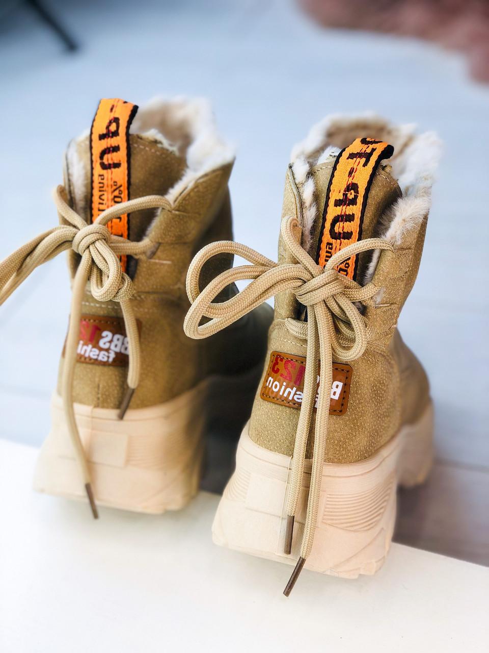 Женские зимние ботинки угги на массивной подошве бежевые с надписями